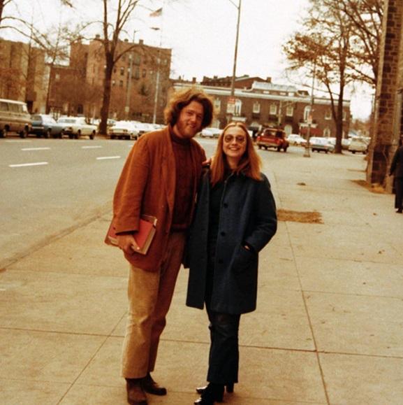 Как молоды мы были: в сети появилось раритетное фото Билла и Хиллари Клинтон